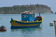 Belle scène de bateau de pêche dans Marsaxlokk au sud de Malte Photo stock