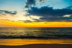 Belle scène de coucher du soleil sur la plage Images libres de droits