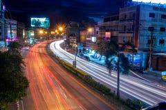 Belle scène de la couleur des feux de signalisation de nuit sur la route dans la ville de Phitsanulok photo libre de droits
