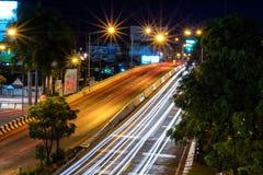 Belle scène de la couleur des feux de signalisation de nuit sur la route dans la ville de Phitsanulok image libre de droits