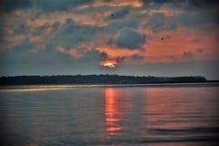 Belle scène de rivière avec le lever de soleil Image libre de droits