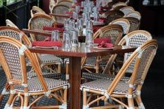 Belle scène des tables et des chaises de canne au patio extérieur du restaurant Image libre de droits