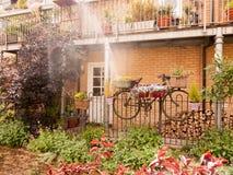 Belle scène extérieure de jardin avec un vélo avec des fleurs dans le baske photos libres de droits