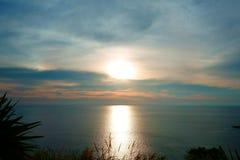 Belle scène tropicale de coucher du soleil en mer Phuket Lam Phromthep Image libre de droits