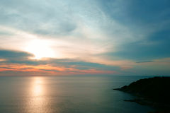 Belle scène tropicale de coucher du soleil en mer Phuket Lam Phromthep Photos stock