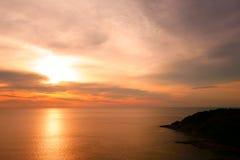 Belle scène tropicale de coucher du soleil en mer Phuket Lam Phromthep Images stock