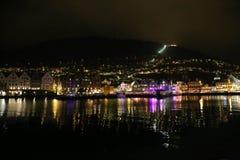 Belle scene di notte della città di Bergen Fotografia Stock