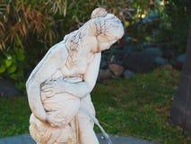 Belle sculpture d'une femme avec une cruche de source d'eau Images stock