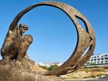 Belle sculpture en bronze d'un homme dans Albufeira photos stock