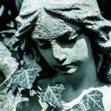 Belle sculpture en marbre d'ange avec une expression douce qui regarde en bas de la religion, foi, concept de christianisme photographie stock libre de droits