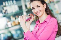 Belle serveuse avec le dispositif trembleur de cocktail Photographie stock libre de droits