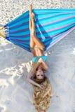 Belle, sexy femme dans le bikini posant sur un hamac sur la plage des Caraïbes Photos libres de droits