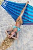 Belle, sexy femme dans le bikini posant sur un hamac sur la plage des Caraïbes Photo libre de droits