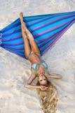 Belle, sexy femme dans le bikini posant sur un hamac sur la plage des Caraïbes Photographie stock