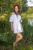 Belle, sexy femme dans une guirlande rouge -2 photographie stock libre de droits