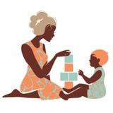 Belle silhouette de la mère et du bébé jouant avec des jouets Photographie stock