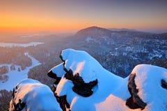 Belle soirée neigeuse dans les roches Avant lever de soleil dans un beau paysage de montagne de la Tchèque-Saxe Suisse Hiver dans Photographie stock
