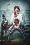 Belle sorcière de steampunk dans la salle abandonnée photographie stock