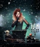Belle sorcière faisant la sorcellerie dans le dungeor Photos stock