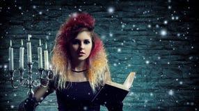 Belle sorcière faisant la sorcellerie dans le dungeor Image stock