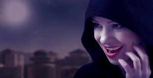 Belle sorcière le jour de Veille de la toussaint Image stock