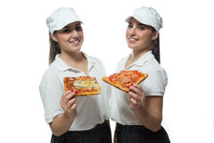 Belle sorelle gemellate con pizza su fondo bianco Immagini Stock Libere da Diritti