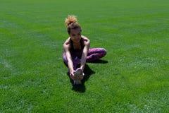Belle sportive noire faisant l'étirage sur le champ avec l'herbe verte Style de vie Copiez l'espace image libre de droits