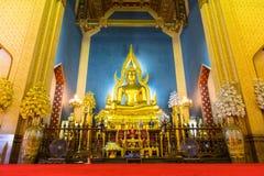 Belle statue d'or élégante de Bouddha dans l'église principale du marbre Photo libre de droits