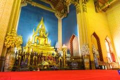 Belle statue d'or élégante de Bouddha dans l'église principale du marbre Photographie stock libre de droits