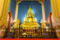 Belle statue d'or élégante de Bouddha dans l'église principale du marbre Photographie stock