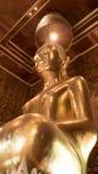Belle statue d'or de Bouddha et architecture thaïlandaise d'art Image libre de droits