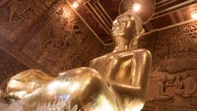 Belle statue d'or de Bouddha et architecture thaïlandaise d'art Photographie stock libre de droits
