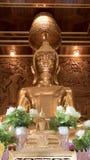 Belle statue d'or de Bouddha et architecture thaïlandaise d'art Photo stock