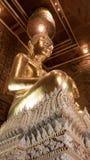 Belle statue d'or de Bouddha et architecture thaïlandaise d'art Image stock
