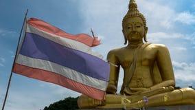Belle statue d'or de Bouddha et architecture thaïlandaise d'art Photos stock
