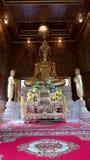 Belle statue d'or de Bouddha et architecture thaïlandaise d'art Photo libre de droits
