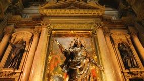 Belle statue d'or se tenant à la cathédrale antique de l'acceptation de Mary banque de vidéos