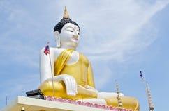 Belle statue de Bouddha avec le ciel bleu Photos stock