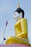 Belle statue de Bouddha avec le ciel bleu Image stock