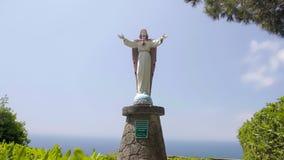 Belle statue de Jésus dans la ville d'ischions, le monument italien, la religion et la foi photos libres de droits