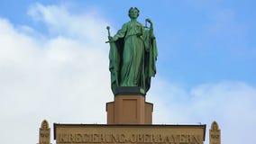 Belle statue de Madame Justice placé sur le bâtiment municipal à Munich, Allemagne banque de vidéos