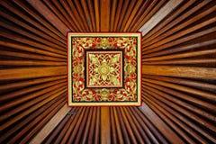 Belle, symétrique, la main a découpé la tuile en bois de plafond avec vivant Image libre de droits