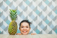 Belle tête du ` s de fille et ananas frais sur la table en bois Images stock