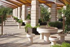 Belle tabella e presidenze rotonde in un giardino Immagine Stock Libera da Diritti