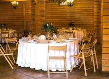 Belle table décorée élégante avec les ustensiles, vases de fleur Image libre de droits