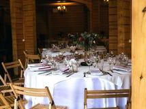 Belle table décorée élégante avec les ustensiles, vases de fleur photo libre de droits