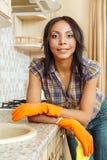 Belle table de nettoyage de femme au foyer photographie stock libre de droits