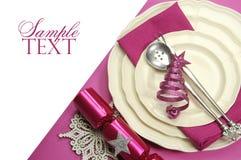 Belle table de salle à manger de fête rose fuchsia de Noël photographie stock libre de droits