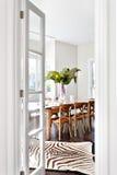 Belle table de salle à manger en bois dans le salon de la maison de luxe Photo libre de droits
