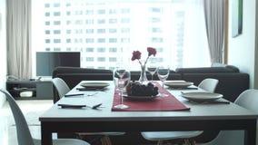 Belle table servante en appartement moderne dans le salon par la fenêtre images libres de droits